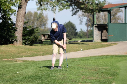 Senior+Cameron+Connelly+practices+his+chipping+on+Rolandia%27s+practice+green.